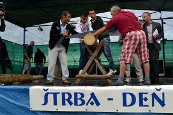 Súťaže boli nápadité. Chlapi sa pretekali aj v pílení dreva.