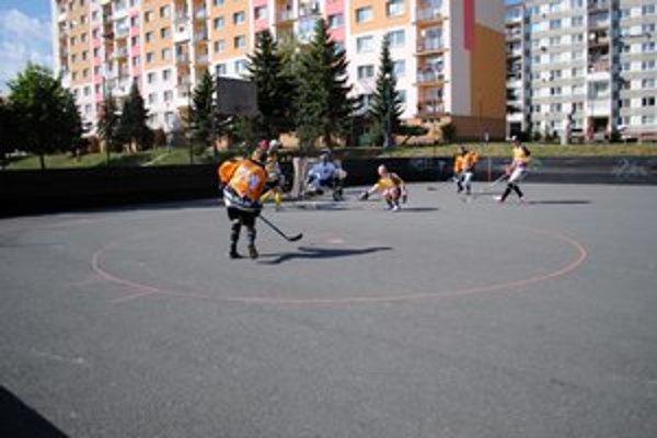 Hokejbalový kolotoč sa roztočil. Hráči HK Storm (v žltom) získali skalp obhajcu.