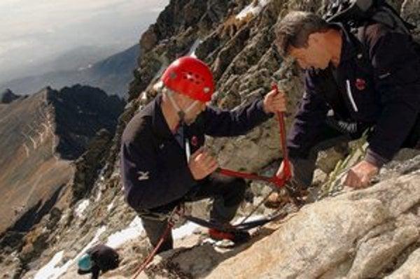 Výstup na Lomnický štít zabezpečujú aj v súčasnosti umelé pomôcky. Trasa je však pre turistov možná len s horským vodcom.