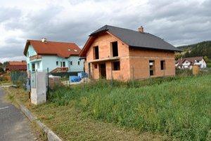 Stavia sa vo veľkom. V Gánovciach neustále pribúdajú nové rodinné domy.