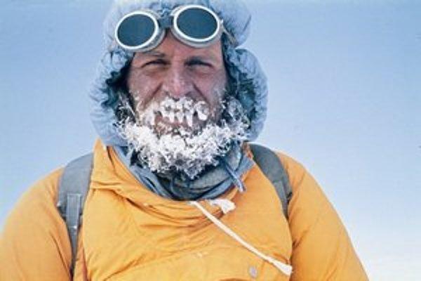 Kurt Diemberger počas prvovýstupu na východný vrchol Šarce v oblasti Mount Everestu.