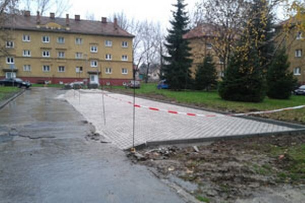 Novú parkovaciu plochu vybudovala prievidzská radnica na Ulici Škarvana.