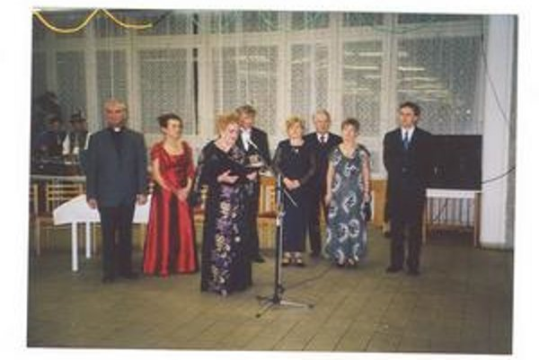 Na snímke z roku 2003 členovia prípravného výboru, ktorí obnovili tradíciu Zamagurských fašiangov v Bratislave.