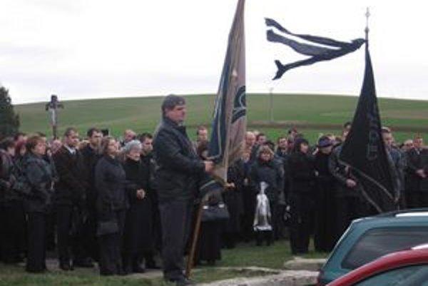 Približne 300 ľudí prišlo na smižiansky cintorín dať posledné zbohom Michalovi Paugschovi. Jeho telo potom odviezli do rodného Vrbova, kde ho aj pochovali.