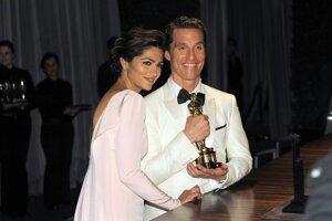 Matthew McConaughey, víťaz Oscara za najlepší mužský herecký výkon s manželkou Camilou Alves.