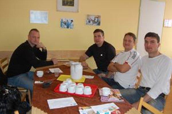 Kežmarskí policajti mali z darcovstva skvelý pocit. Jozef Bukovina (vľavo) musí kvôli čerstvej tetovačke počkať na odber krvi pol roka.