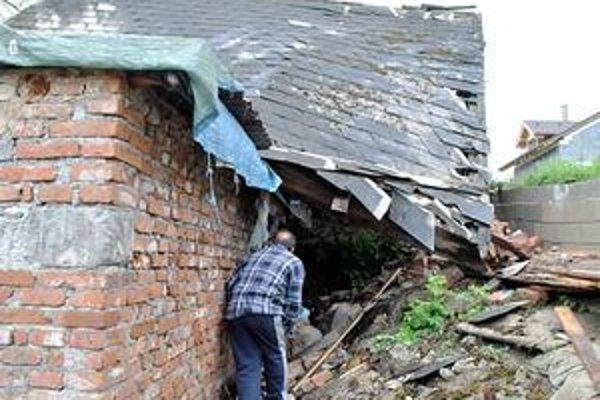 Strecha sa zrútila. Rodinu zasiahla udalosť v spánku počas noci.