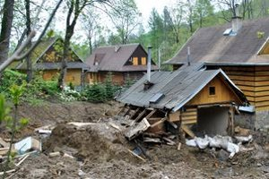 Zosuv ohrozil domy. Plocha zosuvu predstavovala niekoľko desiatok árov.