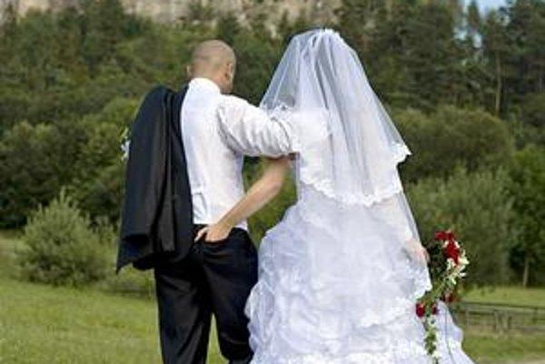Fotenie. Novomanželia si často vyberajú miesta s neprehliadnuteľnou prírodou alebo inou dominantou.