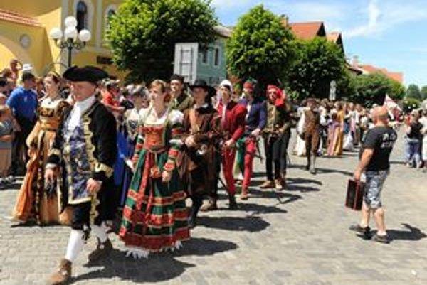 Začiatok festivalu priniesol aj historický sprievod mestom.