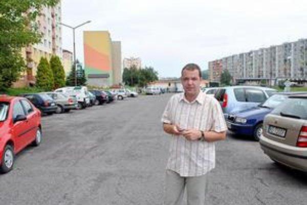 Vladimír Vaverčák. Hovorí, že mestská polícia pred jeho panelákom pôsobí protiprávne. Ministerstvo vnútra mu včera dalo za pravdu.