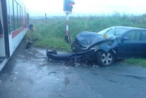 Vodič údajne nerešpektoval svetelnú signalizáciu a vošiel na priecestie. Zachytila ho električka.