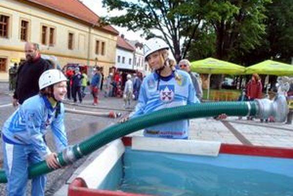 Kristína a Veronika. V súťaži juniorov nechali všetky sily. Hasičský šport ich veľmi baví, aj kvôli kolektívu.