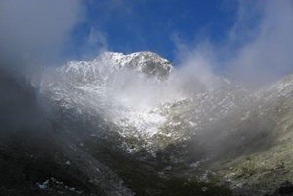 Záchranári hľadali Poliaka najmä v oblasti Huncovskej kotliny medzi Huncovským a Kežmarským štítom (na snímke). Napokon však bol na opačnej strane hrebeňa Malého Kežmarského štítu (vpravo)