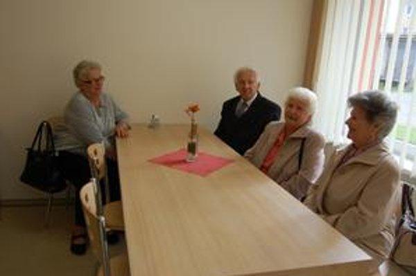 Dôchodcovia z domova. Čoskoro budú obedovať za týmito stolmi.