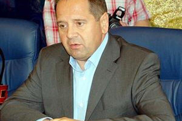 Anton Danko. Súčasný primátor odmieta, že by si pomáhal taktickou kandidatúrou iného kandidáta.