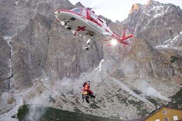 Po prebdenej noci. Zachraňovanú turistku vrtuľník mohol zniesť až ráno. Noc na štíte s ňou prečkali dvaja horskí zachranári.