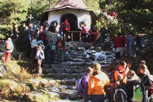 Na symbolickom cintoríne. Aj tento rok spomínali Tatranci na obete hôr.