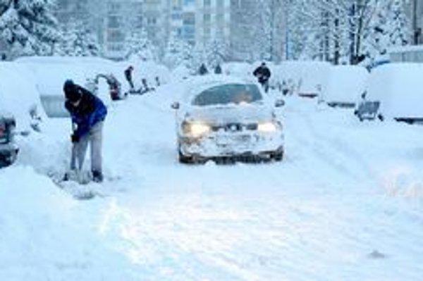 Mohutné sneženie zasiahlo aj mesto Poprad.