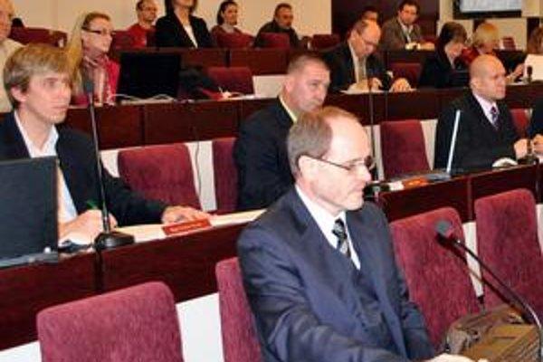 Ako jediný proti zvýšeniu svojich odmien hlasoval Antaš (vpredu). Nebus a Švagerko sa zdržali.