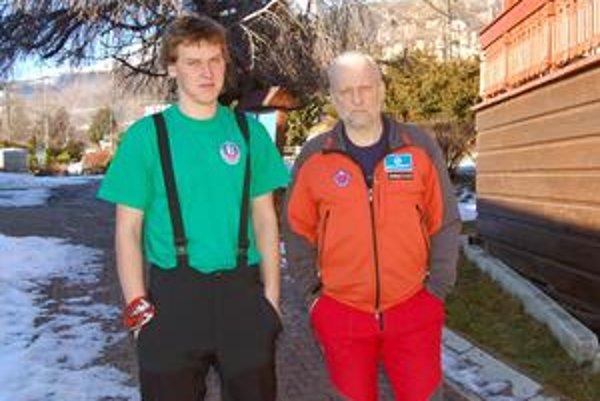 Najstarší s najmladším. Akcie sa z tatranskej čaty HZS zúčastnil najmladší záchranár Lukáš (24 rokov) s najstarším Petrom Šperkom (55 rokov).