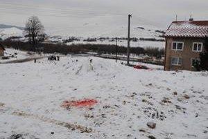 Krutá náhoda? Na mieste bolo veľa krvi. Zostala aj tehla, ktorá trafila chlapca.