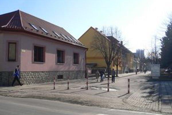 Mnoheľova ulica v Poprade. Je frekventovanou spojnicou stanice a centra mesta.