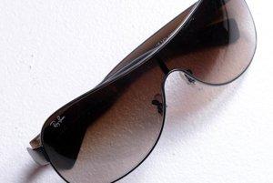 Slnečné okuliare, za ktoré sa dá občas skryť pred svetom.
