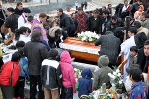V jednej truhle. Matku a jej štyri deti pochovali spolu.