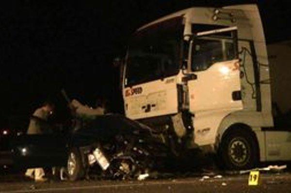 TRagická nehoda si vyžiadala život vodiča osobného auta.