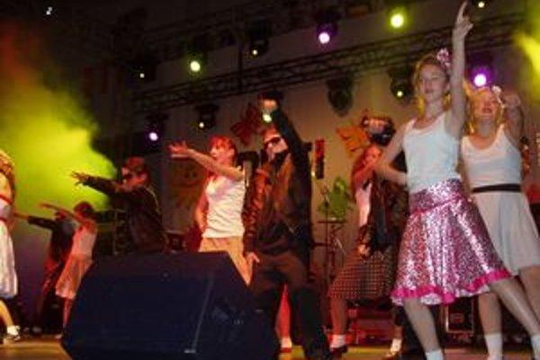 Na pódiu to žilo. Telesne postihuté deti si užili koncert hviezd i vystúpenie detí zo Spojenej školy Dominika Tatarku.