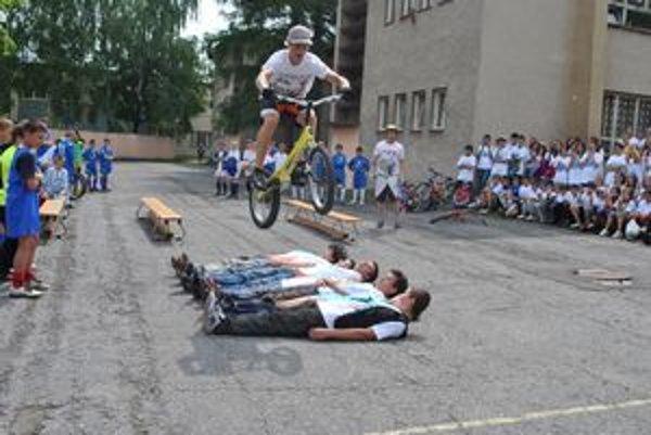 Cyklotrialisti lietali vzduchom.