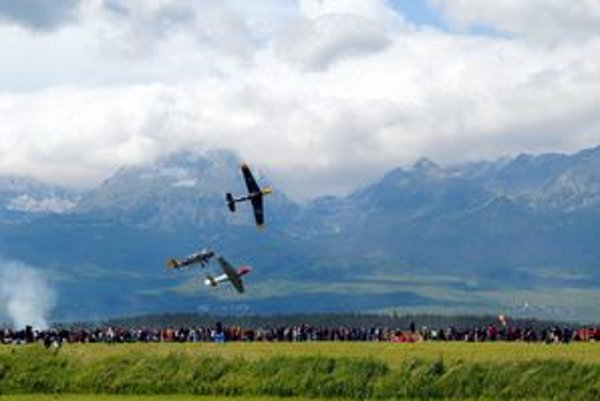 Letecký víkend. Stroje sa preháňali nad hlavami tisícok návštevníkov.