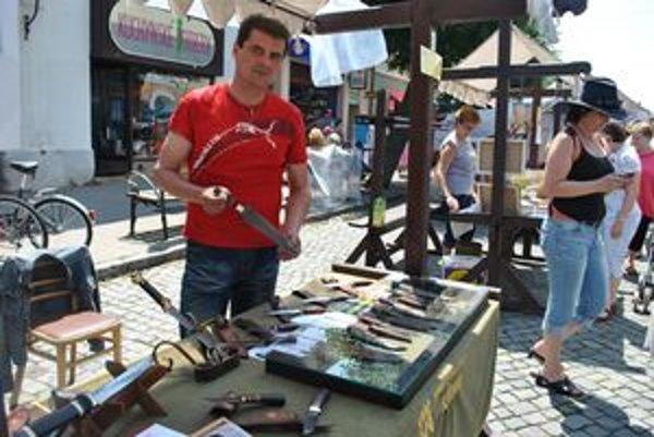 Nožiar. Ján Cuník z Popradu vyrobil starorímsku dýku. Je na ňu právom hrdý.