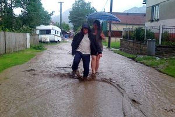 Dolu Lechnicou sa valili po búrke prúdy vody.