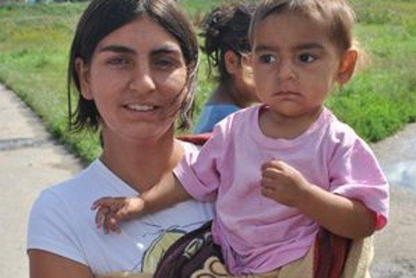 Anna Polhošová. Dvadsaťtriročná mamička drží na rukách najmladšiu dcérku Agnesku. Má za sebou štyri pôrody cisárskym rezom. Na ceste je piate bábätko.