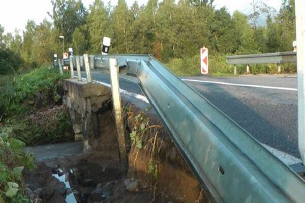 Poškodený most medzi Veľkou a Tatranskou Lomnicou.
