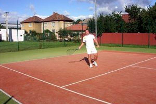 Relax je tréning. Aj tenisom naháňajú hasiči kondičku.