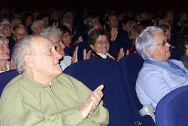 Vďační seniori. Októbrové podujatia sú vždy plné čiperných dôchodcov