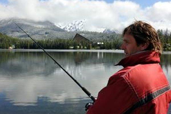 Netradičná rybačka. Rybári mali možnosť zachytať si výnimočne vo vodách plesa, navyše so zasneženou kulisou.