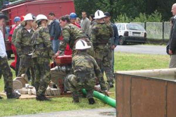 Súťaženie. Dobrovoľní hasiči to vo Vojňanoch rozbehli.