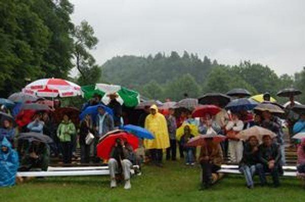 Skalní fanúšikovia. Neodradilo ich ani upršané počasie.