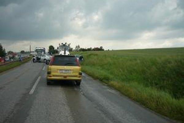 Nehoda. Dvaja ľudia utrpeli ľahšie zranenia.