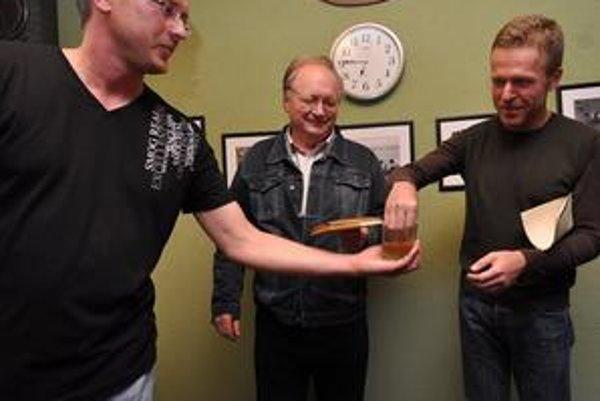 Krst. Paťo Stražay (vpravo) a Pavol Hudák krstia debutovú knižku Števa Šantu (vľavo) Priamo do pľúc.