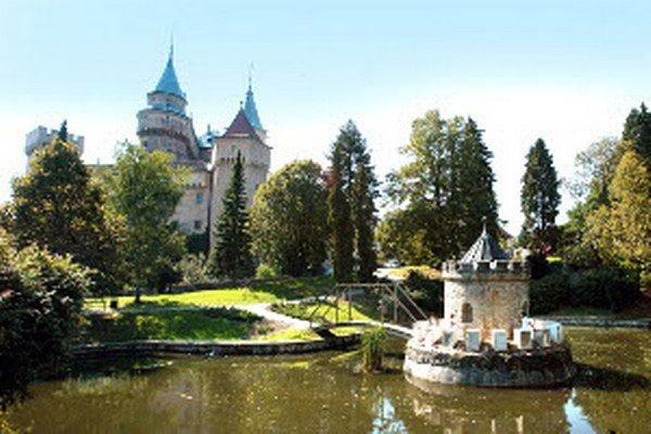 Okrem zámku (na snímke), zoo, kúpeľov či Prepoštskej jaskyne by sa medzi atrakcie Bojníc mal zaradiť aj zábavný park. Jeho výstavaba sa však stále odďaľuje.