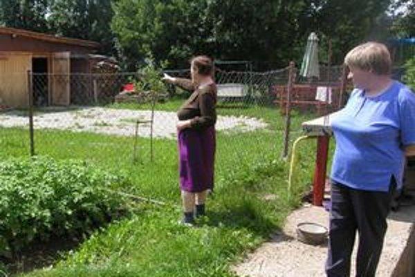 Zaliate záhrady. Pani Margita ukazuje na dvor, ktorý zaliala veľká voda. Takýto stav zažívajú častejšie.