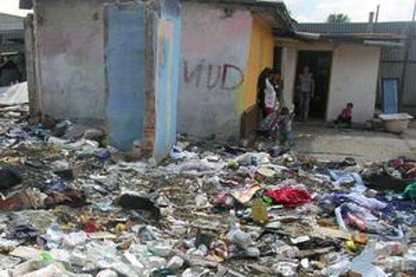 Osada. Niektorí Rómovia ostali po decembrovom požiari bývať v domoch aj naďalej. Teraz ich však obklopuje množstvo odpadu.