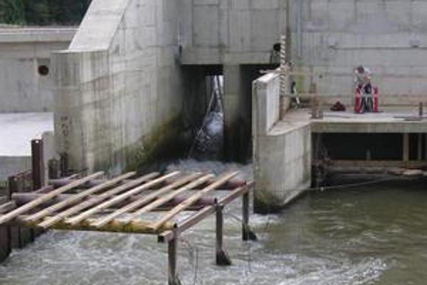 Po prejdení kanálom Bardejovčana pohltila voda. V údajne takmer šesťmetrovej hĺbke je prúd nepremožiteľný.