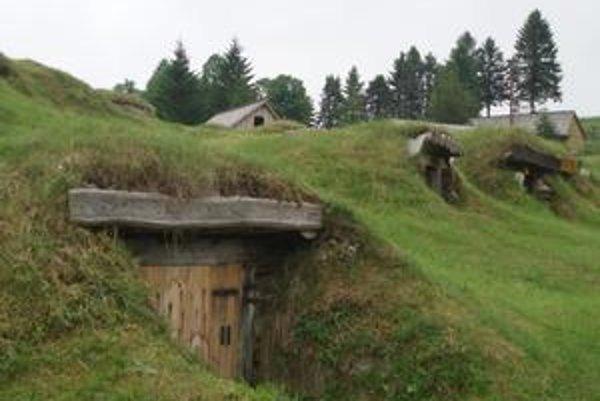 Rarita. Zvláštnosťou Liptovskej Tepličky okrem ekologického hospodárenia sú malé pivničky na uskladňovanie zemiakov.