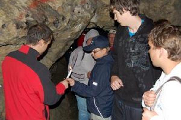 Bez elektriny. V jaskyni poslúžia staré dobré sviečky, ktoré majú sprievodcovia na tento prípad pripravené.